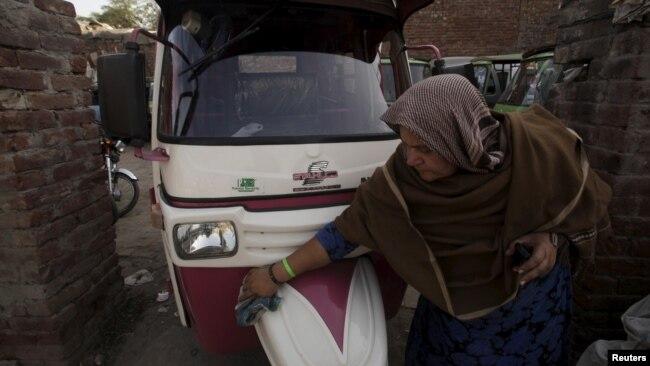 """Program """"bemo pink"""" memberdayakan para perempuan dari kalangan miskin, yaitu dengan memberikan bemo dengan angsuran yang murah."""