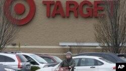 Target informó a sus clientes que siguen investigando y que para que estén segura de la legitimidad de sus correspondencias pueden visitar la página web de la tienda donde publican todos sus comunicados.