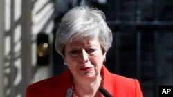 នាយករដ្ឋមន្ត្រីអង់គ្លេសលោកស្រី Theresa May ថ្លែងសារនៅលើដងផ្លូវនៅខាងក្រៅការិយាល័យនាយករដ្ឋមន្ត្រី ក្នុងទីក្រុងឡុងដ៍ ប្រទេសអង់គ្លេស កាលពីថ្ងៃទី២៤ ឧសភា ២០១៩។