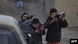 Афганские дети играют в войну.