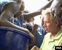 Steve Kruse okružen učenicima koje će učiti neki drugi volonter Mirovnog korpusa