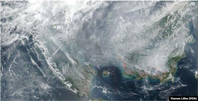 Citra satelit yang menggambarkan kabut asap lintas batas yang berasal dari Indonesia di 2015 dan 2019 yang dipublikasi dalam laporan Greenpeace berjuldul Karhutla Dalam Lima Tahun Terakhir. (Foto: VOA/Yoanes Litha)