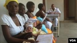 Mothers receiving postnatal care at St Luke's Hospital,in Lupane, about 600km southwest of Harare, Zimbabwe, Nov. 20, 2014. (Sebastian Mhofu/VOA)