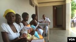 Des femmes attendent pour voir le médecin à St Luke's Hospital, à Lupane, environ 600 kilomètres d'Harare, Zimbabwe, le 20 novembre 2014. (Sebastian Mhofu/VOA)