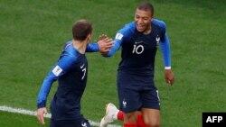Kylian Mbappé festeja con Antoine Griezmann tras anotar el primer gol de Francia ante Perú en el partido por el Grupo C del Mundial en Ekaterimburgo, Rusia, el jueves 21 de junio de 2018.