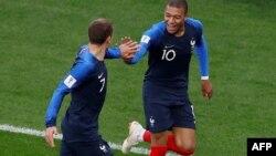 بازیکنان تیم فرانسه که پیروزی ۱-۰ شان را در برابر تیم پیرو جشن گرفتند.