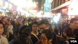 """上千香港市民连续两晚与警方""""巷战"""""""