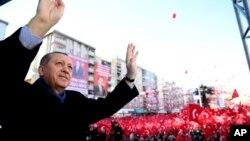 Presiden Turki, Recep Tayyip Erdogan memberikan pidato di Kahramanmaras, Turki tenggara, Jumat (17/2).