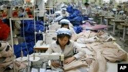 지난해 12월 개성공단의 한 의류공장에서 북한 직원들이 작업하고 있다. (자료사진)