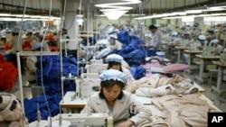 지난해 12월 개성공단 내 한국 의료공장에서 북한 근로자들이 제품을 생산하고 있다. (자료사진)