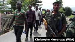 Les 184 accusés ressortissants du Burundi sont extradés de la RDC vers le Burundi, 31 janvier 2017. (VOA/Christophe Nkurunziza)