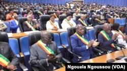 Bakeli mibeko na parlement ya Congrès na Brazzaville, Congo, le 13 septembre 2017. (VOA/Arsène Sévèrin)