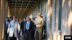 澳大利亚国防部长佩恩陪同美国国防部长马蒂斯参观悉尼的维多利亚军营(2017年6月5日)