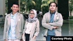 Tiga mahasiswa UGM peneliti bahasa Rejang, Bengkulu. (foto dok. Putri)