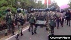 武警出动,前往压制茂名的抗议行动 (图片来自目击者)