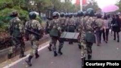 武警出动,前往压制茂名的抗议行动(目击者提供)