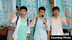 前学民思潮召集人黄之锋(左)、前学联秘书长周永康(右)及常委罗冠聪 (苹果日报图片)
