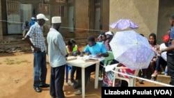 Un bureau de vote dans le quartier Kamwokya de Kampala, en Ouganda, accueille les électeurs prenant part aux élections locales, le 24 février 2016.