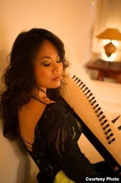 Nghệ sĩ Vân Ánh bị thu hút bởi nét duyên dáng mà người chơi có khi chơi đàn tranh, và chị đã gắn bó với nhạc dân tộc từ đó (Ảnh: Christine Jade)