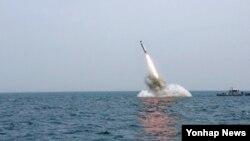 북한 조선중앙TV가 지난 9일 '잠수함발사탄도미사일(SLBM)' 수중 사출실험을 실시했다며 공개한 사진.