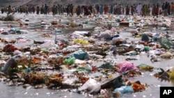 انبار زبالۀ پلاستیک در یک ساحۀ ساحلی در هند