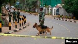 Cảnh sát Kenya tuần tra gần Trung tâm Mua sắm Westgate ở thủ đô Nairobi sau vụ tấn công chết người, ngày 22/9/2013.