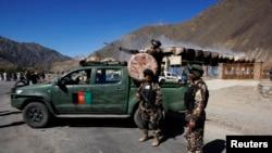 Pasukan keamanan Afghanistan mengamankan lokasi serangan bunuh diri di Lembah Panjshir, Rabu (29/5).