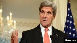 លោករដ្ឋមន្ត្រីការបរទេសអាមេរិក John Kerry ថ្លែងក្នុងសន្និសីទសារព័ត៌មានមុនពេលជួបជាលក្ខណៈទ្វេភាគីជាមួយលោក Jean-Marc Ayrault រដ្ឋមន្ត្រីការបរទេសបារាំងនៅក្រសួងការបរទេសកាលពីថ្ងៃទី៧ ខែតុលា។