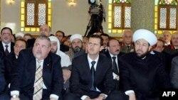 Başmüftü Ahmed Hasoun, Devlet Başkanı Beşar el-Esad ve Diyanet İşleri Bakanı Muhammed Ziyad el-Eyyubi ile Şam'da Cuma namazında