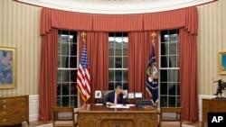 Picha hii iliyotolewa na Ikulu ya Marekani inamuonyesha, Rais Barack Obama akiipitia hotuba yake kwenye Oval Office kabla ya kuitoa kupitia televisheni, Mei 1, 2011.