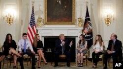 Predsednik Donald Tramp sa učenicima i nastavnicima na sastanku u Beloj kući, 21. februar 2018.