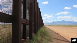 Muro fronterizo en Naco, Arizona. La Casa Blanca acelera para retomar la construcción del muro en la frontera con México.