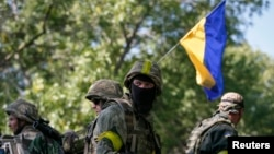 2일 우크라이나 동부 크라마토르스크 시에 정부군 장갑차에 무장 병사들이 타고 있다.