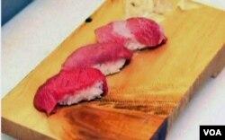 Sushi dengan potongan segar tuna sirip biru.