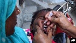 Nhân viên y tế Pakistan cho trẻ em uống vắc-xin ngừa sốt bại liệt, 5/5/14