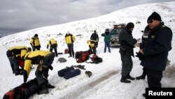 Police officers take part in a search and rescue operation for a helicopter that has disappeared in the Hualla Hualla area of the Quispicanchis province in Cuzco, Peru, June 8, 2012.