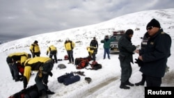 Cảnh sát tham gia hoạt động tìm kiếm cứu hộ tại khu vực Hualla Hualla ở Cuzco, Peru, 8/6/2012