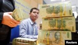Tiền lương trả cho công chức, viên chức Việt Nam hiện được tính toán theo một hệ thống lương và phụ cấp phức tạp