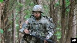 HACU permite al ejército trabajar directamente con estudiantes, maestros y funcionarios escolares.