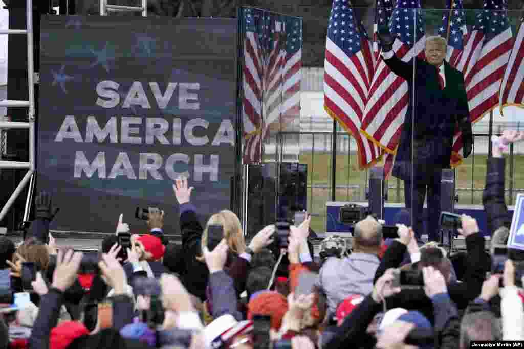 Apoiantes do Presidente Donald Trump participam em comício de Trump contra a confirmação dos votos do colégio eleitoral a ter lugar no capitólio, em Washington DC, 6 de Janeiro 2021