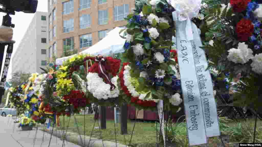 爱沙尼亚大使馆敬献的花篮