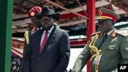 Le président du Soudan du Sud Salva Kiir au milieu de deux hauts gradés de l'armée sud-soudanaise, 9 juillet 2015.