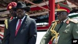 L'ex-chef redouté de l'armée Paul Malong, à droite, accompagne le président Salva Kiir, lors d'un passage des troupes en revue à Juba, Soudan du Sud, 9 juillet 2015.