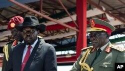 Le président du Soudan du Sud, Salva Kiir, accompagné du chef d'état-major de l'armée, Paul Malong Awan, à droite, los de la célébration de l'indépendance du Soudan du Sud, à Juba, 9 juillet 2015.