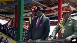 Perezida wa Sudani y'Epfo Salva Kiir, i buryo n'umukuru w'ibiro vya gisirikare Paul Malong i buryo, k'umusi bibuka ukwikukira.