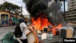 Los manifestantes también incendiaron barricadas en protestas en la ciudad de Valparaíso el 12 de noviembre de 2019.