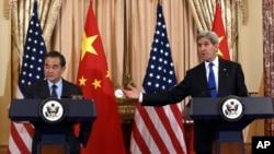 존 케리 미국 국무장관(오른쪽)과 왕이 중국 외교부장이 23일 워싱턴 미 국무부 에서 회담한 후 공동 기자회견을 가졌다.