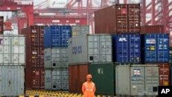中國3月出現貿易順差。圖為中國一港口堆放的集裝箱(資料照)