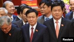 Tân ủy viên Bộ Chính trị, Bộ trưởng Bộ Giao thông vận tải Đinh La Thăng Đinh La Thăng (phải) tại lễ bế mạc Đại hội đảng 12 ở Hà Nội, ngày 28 tháng 1, 2016. Ông Đinh La Thăng đã yêu cầu cách chức Tổng giám đốc Công ty Cổ phần Vận tải đường sắt Hà Nội Nguyễn Viết Hiệp.