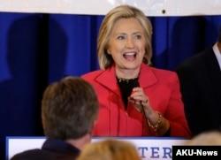 ທ່ານນາງ Hillary Clinton ຜູ້ສະໝັກເຂົ້າແຂ່ງຂັນ ເປັນປະທານາທິບໍດີ ສັງກັດພັກເດໂມແຄຣັດ ກ່າວຖະແຫລງຕໍ່ຜູ້ຊົມ ໃນລະຫວ່າງ ການຢຸດແວ່ ໂຄສະນາຫາສຽງ ຢູ່ໃນງານລ້ຽງອາຫານຄ່ຳ ເນື່ອງໃນວັນທຸງຊາດ ທີ່ເມືອງ Manchester ລັດ New Hampshire, ວັນທີ 15 ມີຖຸນາ 2015